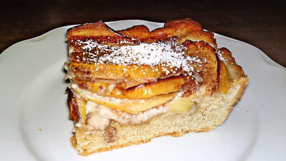 Recept Fínsky jablkový koláč alebo fínska jablková torta - Finský jablečný koláč pokrájený na porce a posypaný cukrem moučka