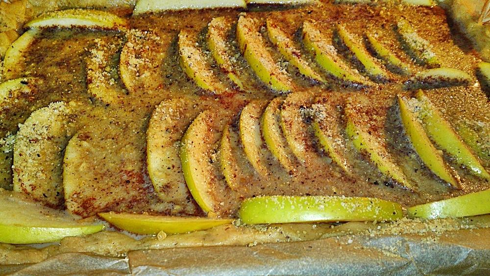 Recept Fínsky jablkový koláč alebo fínska jablková torta - Jablka posypaná mletými vlašskými ořechy