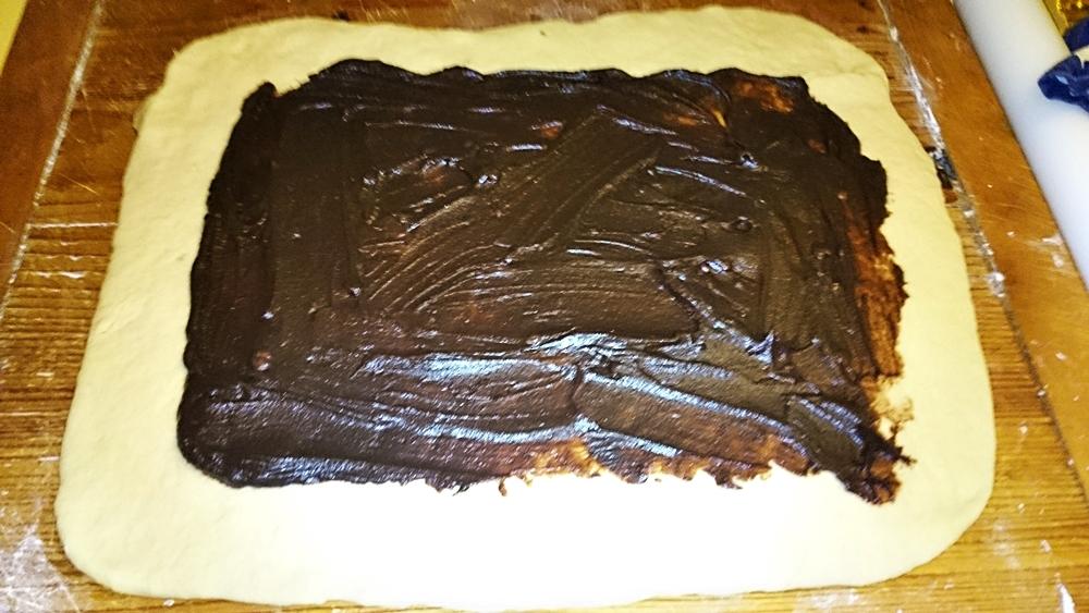 Recept Pletený kysnutý jogurtový koláč s kakaom - Těsto rovnoměrně potřeme kakaovým krémem
