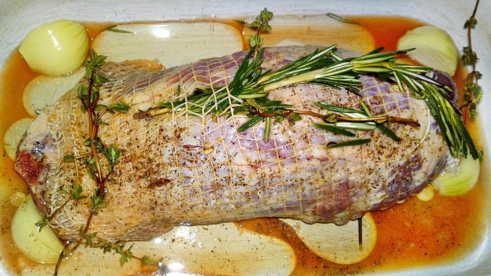 Recept Pečené jahňacie stehno na Chardonnay, citrusoch a bylinkách - Přilijeme olej.