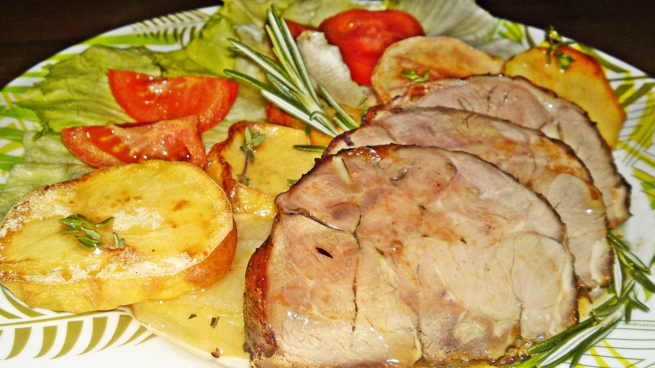 Recept Pečené jahňacie stehno na Chardonnay, citrusoch a bylinkách - Naservírované pečené jehněčí maso