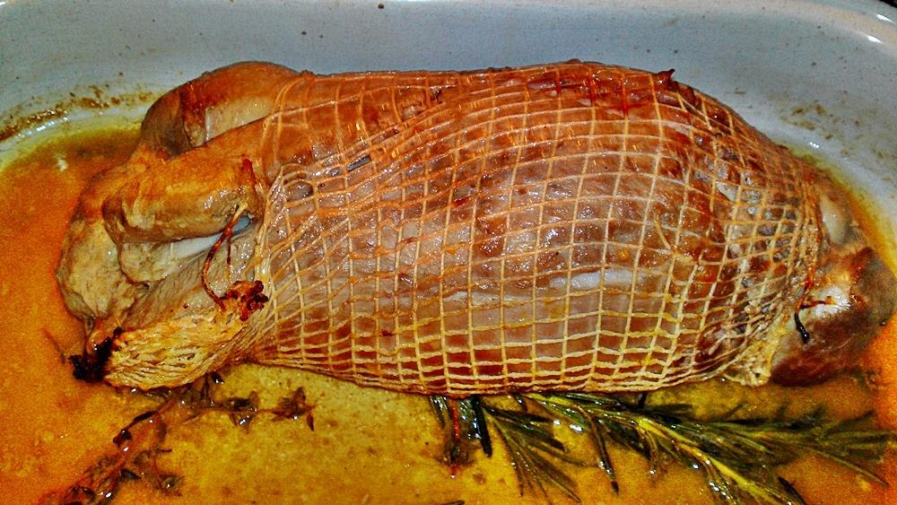 Recept Pečené jahňacie stehno na Chardonnay, citrusoch a bylinkách - Opečeme z každé strany.