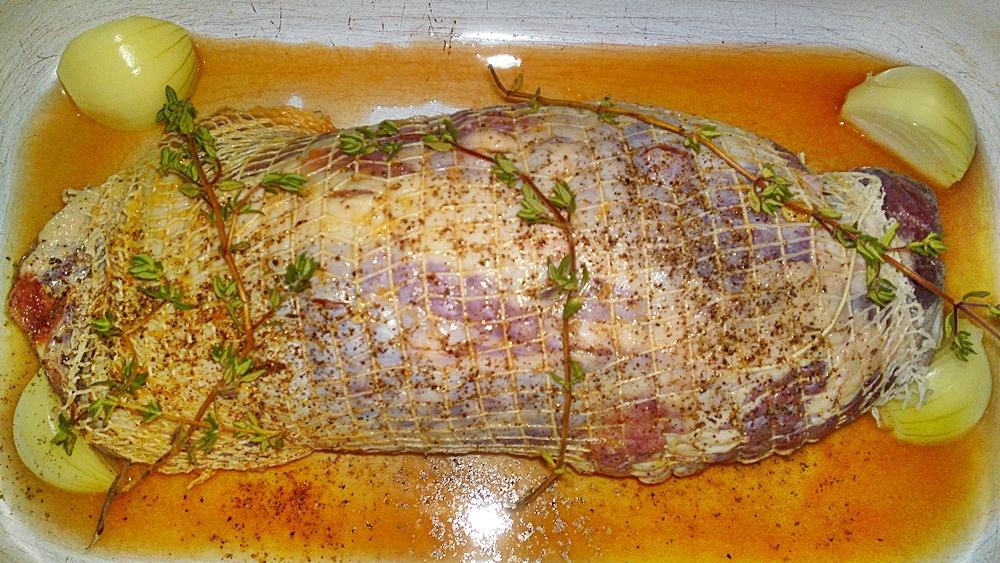 Recept Pečené jahňacie stehno na Chardonnay, citrusoch a bylinkách - Přidáme větvičky tymiánu.