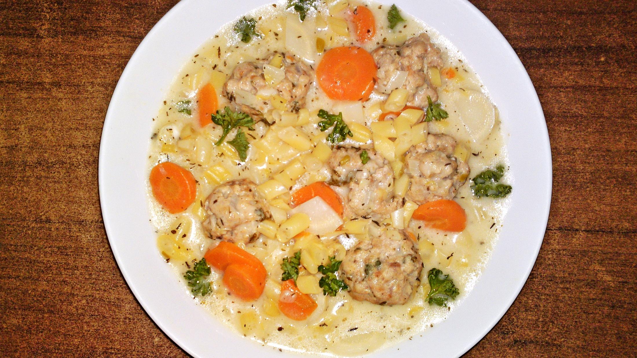 Recept Jogurtová polievka zo žltej maslovej fazuľky s knedličkami z jahňacieho mäsa - Polévku posypeme petrželovou natí.