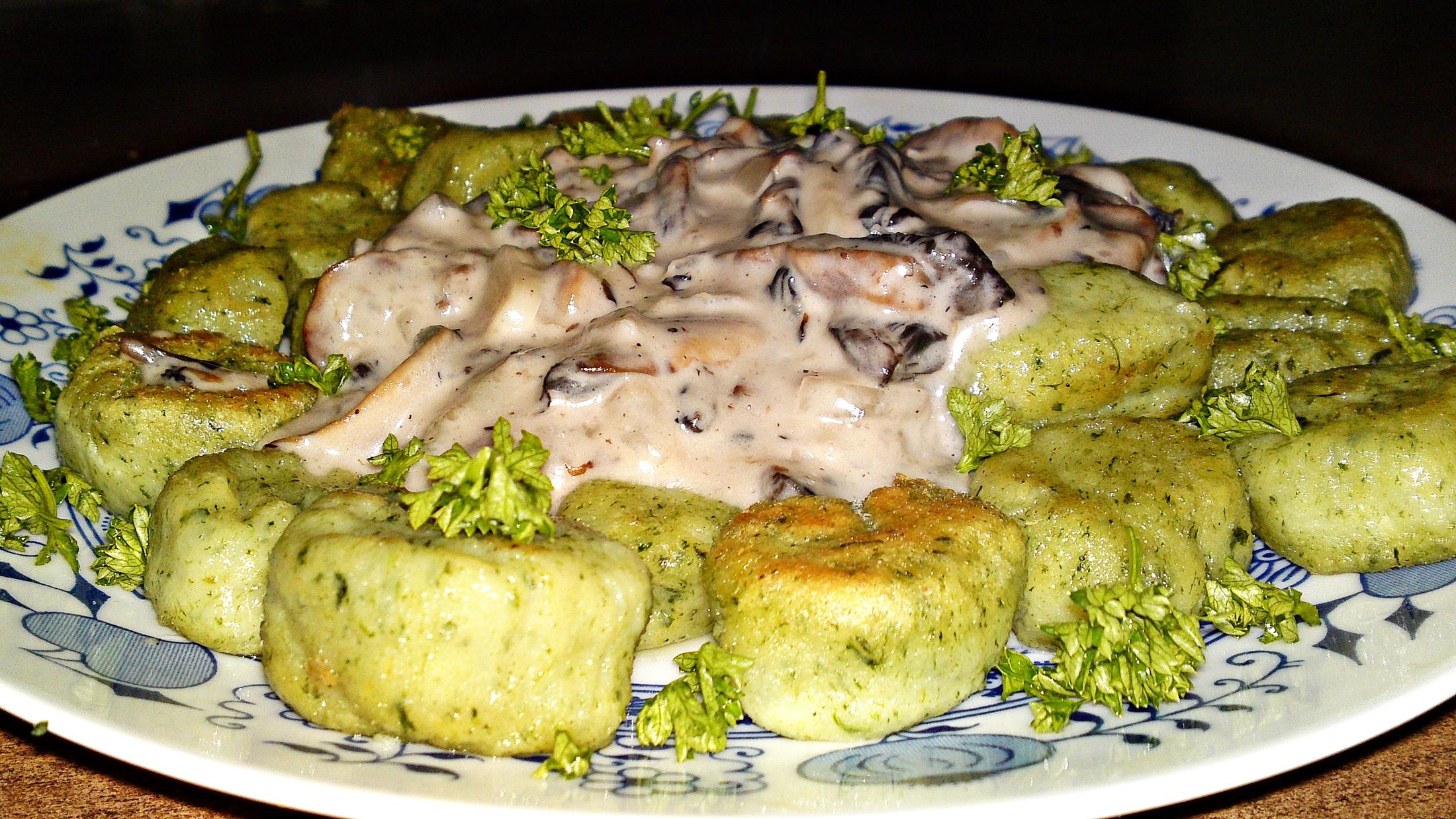 Recept Domáce špenátové gnocchi so šampiňónovou omáčkou - Gnocchi servírujeme horké přelité omáčkou a posypané petrželovou natí.