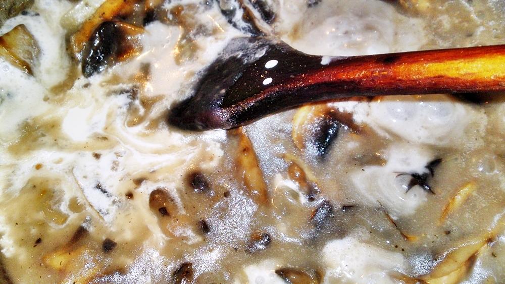 Recept Domáce špenátové gnocchi so šampiňónovou omáčkou - Přilijeme sladkou smetanu a necháme projít varem.