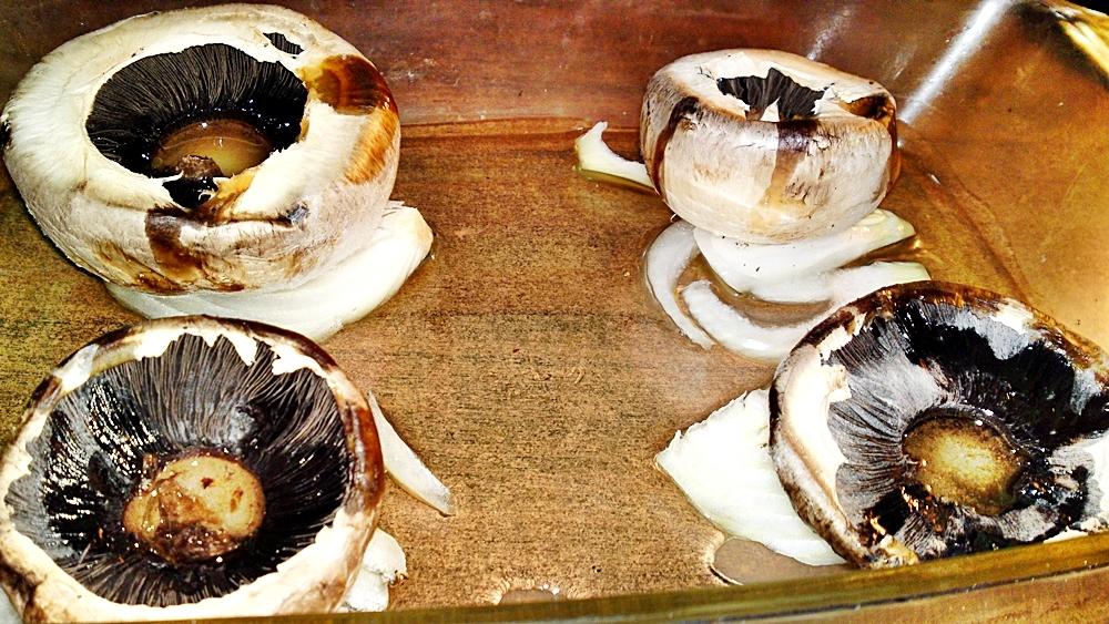 Recept Pečené šampiňóny plnené syrovo - smotanovou náplňou - Podlijeme rozpuštěným máslem.