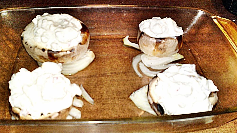 Recept Pečené šampiňóny plnené syrovo - smotanovou náplňou - Kloboučky hub naplníme kopcem sýrovo-smetanové směsi.