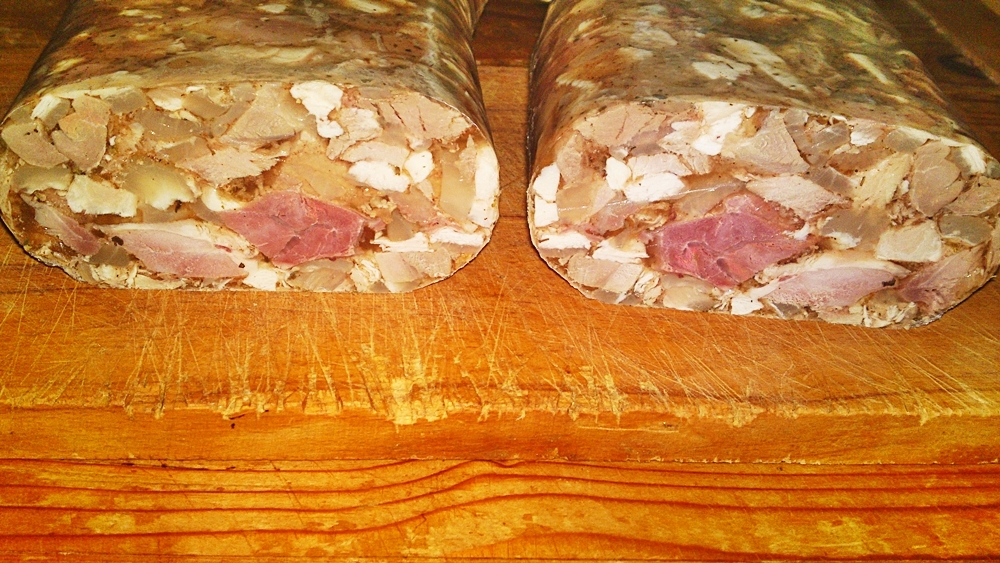 Recept Lahôdková tlačenka z dvoch druhov mäska - Tlačenka překrojená na polovinu.
