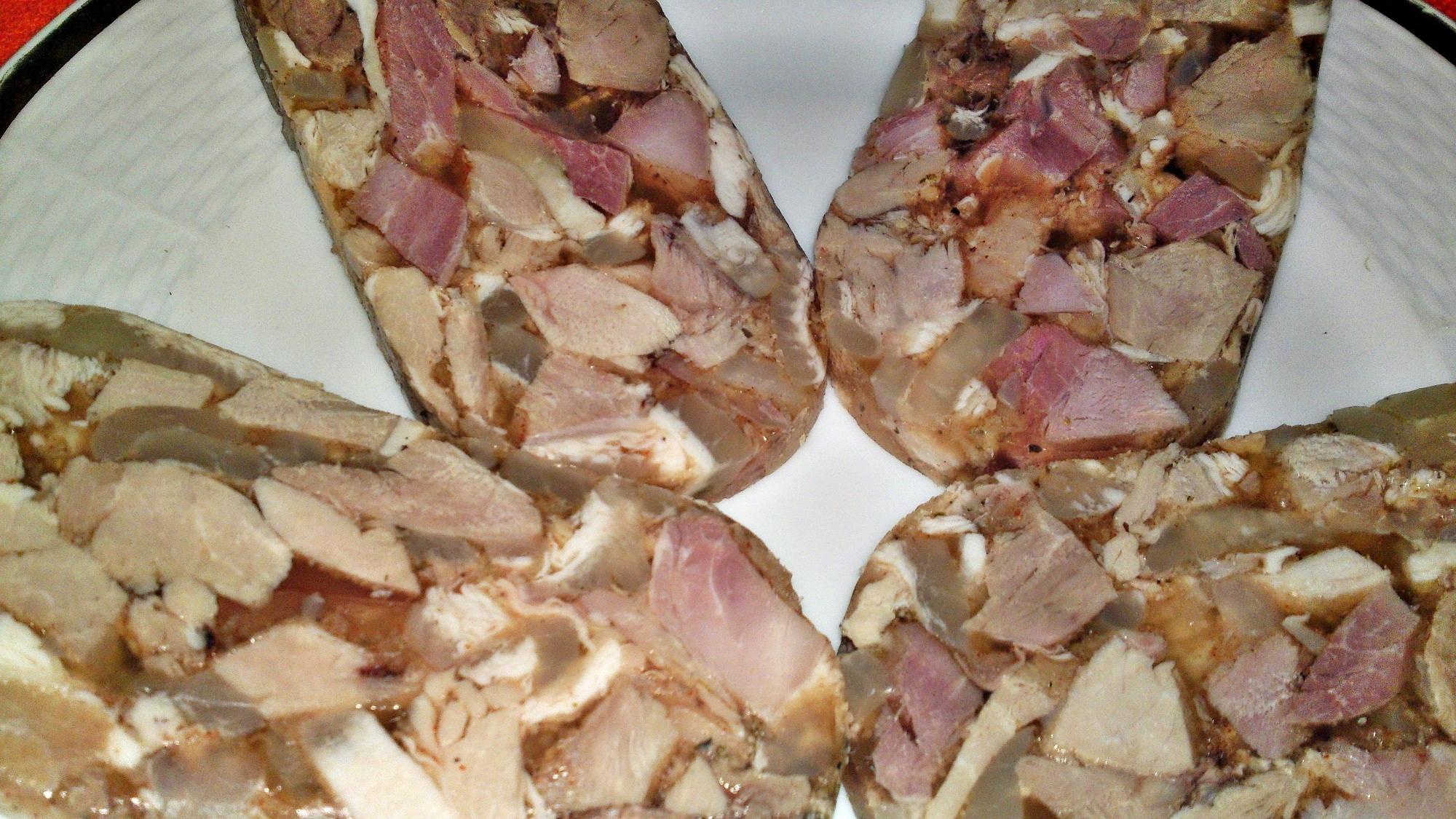 Recept Lahôdková tlačenka z dvoch druhov mäska - Záběr na tlačenku zblízka.