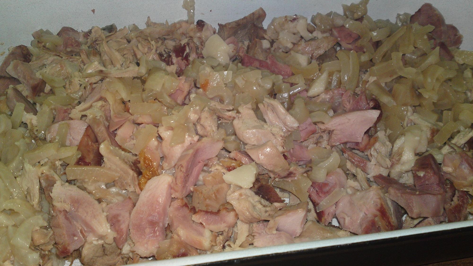 Recept Lahôdková tlačenka z dvoch druhov mäska - Pokrájíme uvařené a vychladlé maso z kolena a kůže.