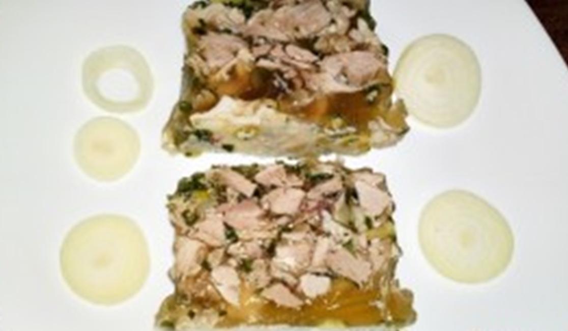 Recept Terina z bravčového kolena - Terina z vepřového kolena pokrájená na plátky.