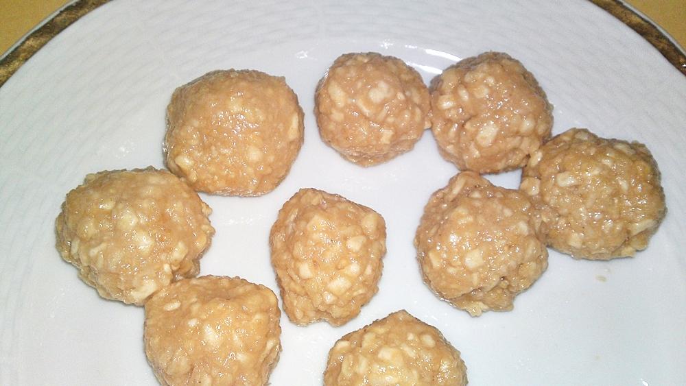 Recept Originál židovské macesové knedličky - Vytvarovat vlhkýma rukama knedlíčky trochu větší než vlašský ořech.