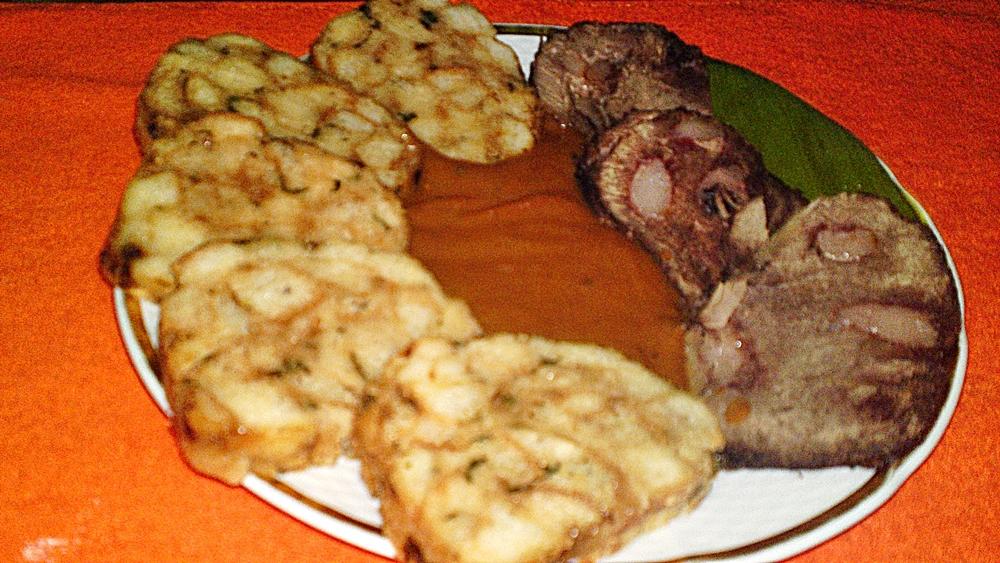 Recept Diviačie stehno na červenom víne v šípkovej omáčke - Servírujeme horké pokrájené maso s šípkovou omáčkou. Můžeme podávat s vídeňským knedlíkem.