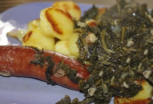 Fotografie receptu: Klobása se špenátem a opékaným bramborem