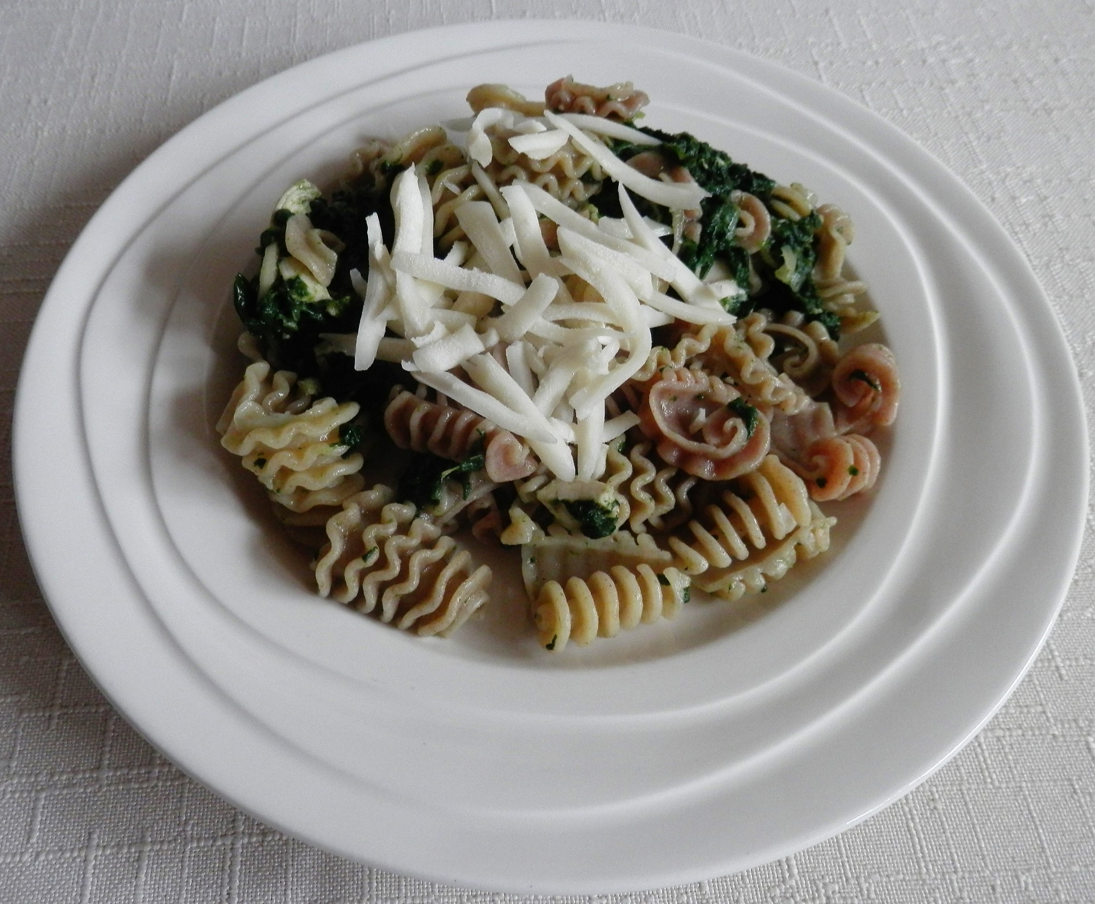 Recept Těstoviny se špenátem sypané sýrem - Těstoviny se špenátem