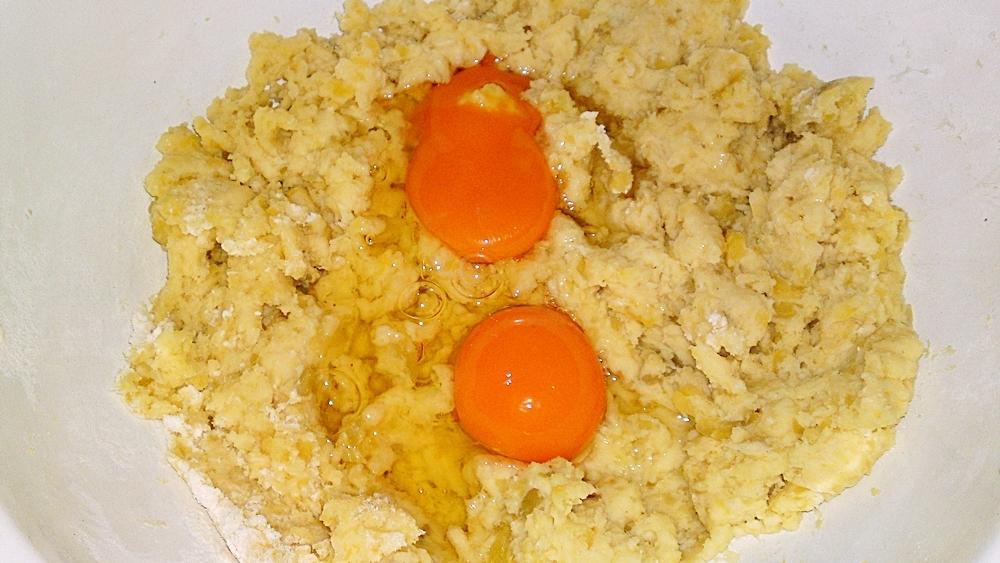 Recept Zemiakové knedlíky - Přidáme vejce.