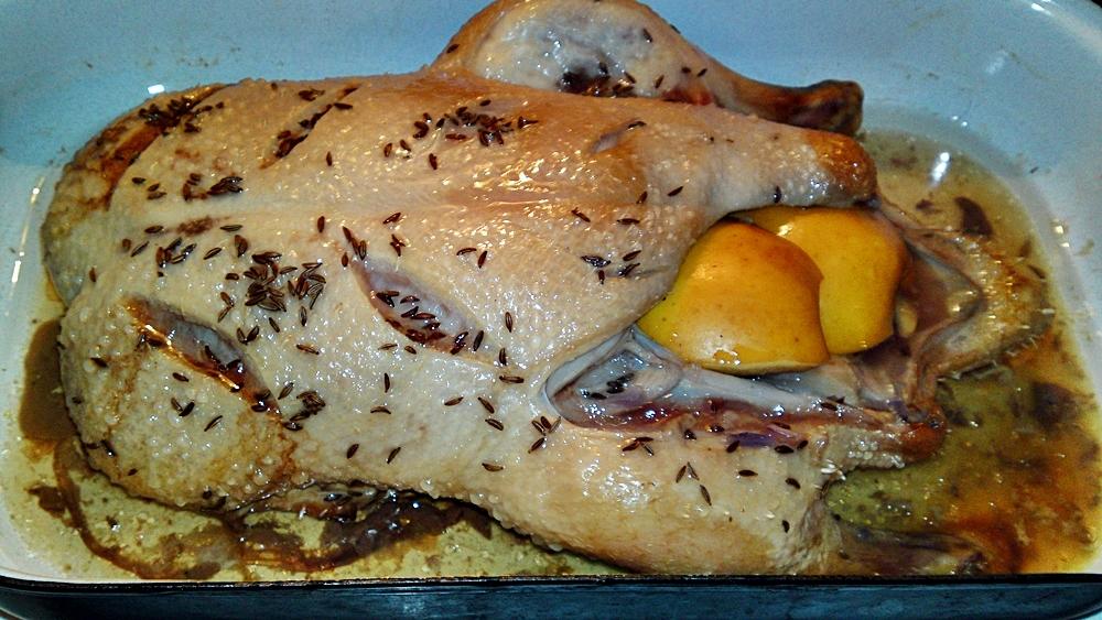 Recept Pečená kačica plnená červenou kapustou  a jablkom so zemiakovými knedlíkmi - Kachna po 2 hodinách pečení při 120 °C.
