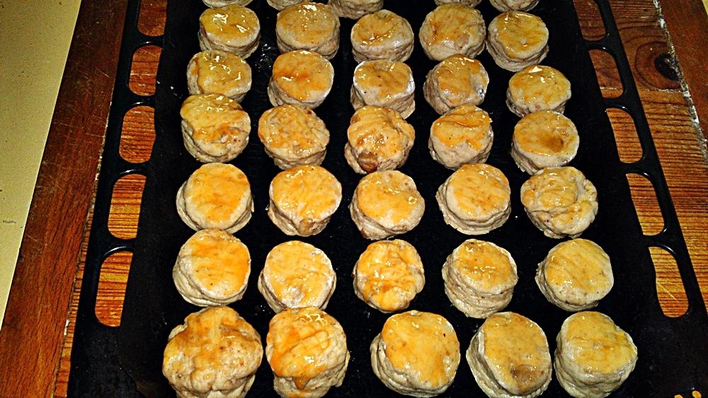 Recept Lístkové oškvarkové pagáče k vínu - Pagáče potřeme žloutky vyšlehanými se solí.