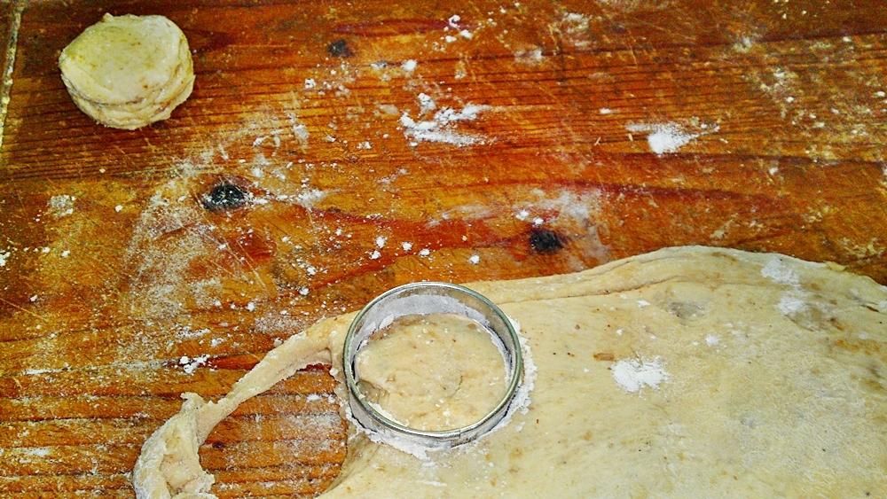Recept Lístkové oškvarkové pagáče k vínu - Těsto rozválíme na tloušťku 1,5 cm a formičkou vždy namočenou v mouce vykrojíme pagáče.