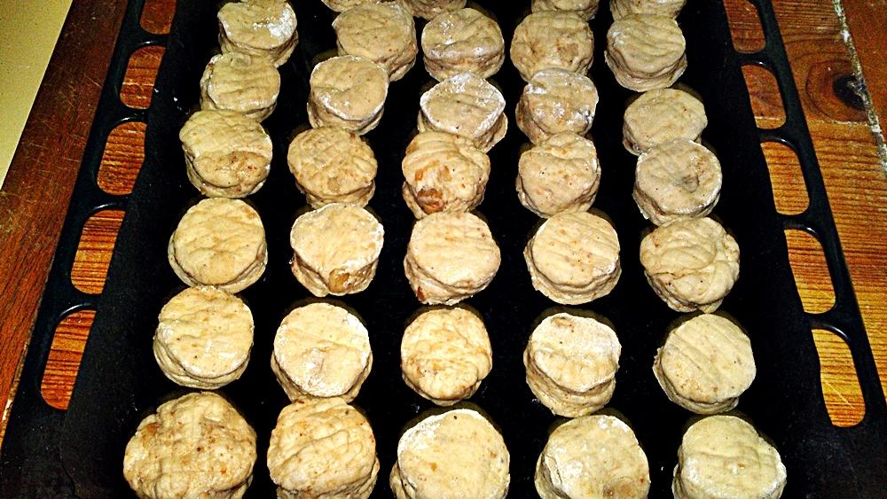 Recept Lístkové oškvarkové pagáče k vínu - Pagáče přeložíme na plech s fólií a necháme přikryté ještě 20 minut kynout.