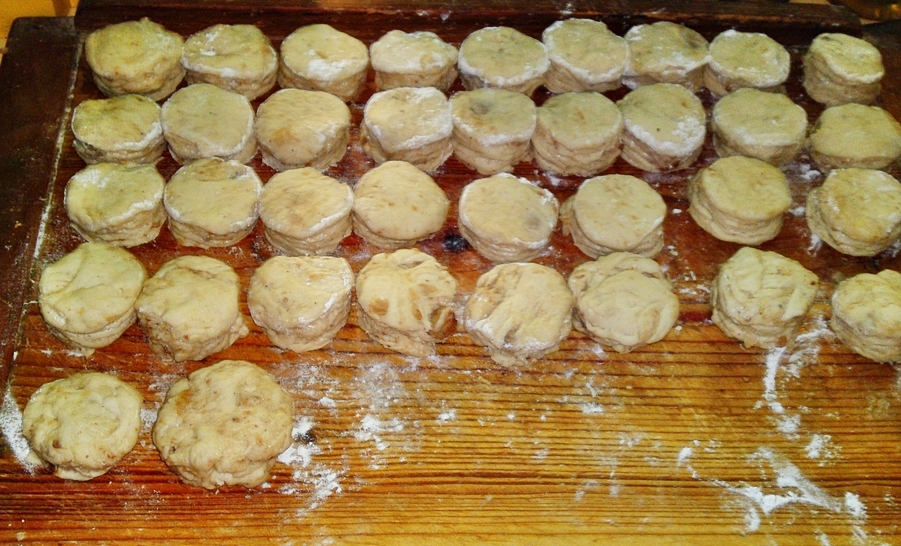 Recept Lístkové oškvarkové pagáče k vínu - Vykrojené pagáče.