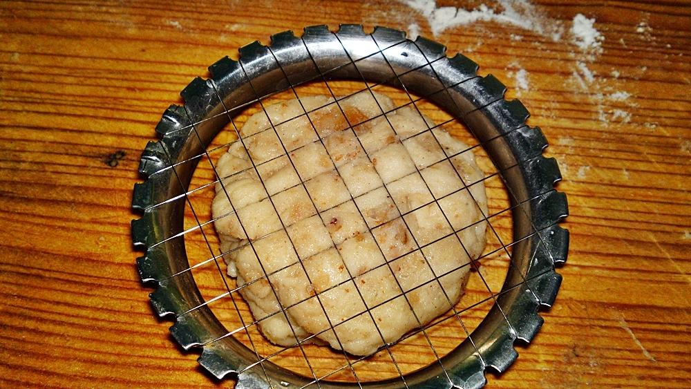 Recept Lístkové oškvarkové pagáče k vínu - Na povrchu pagáče vytvoříme mřížku.