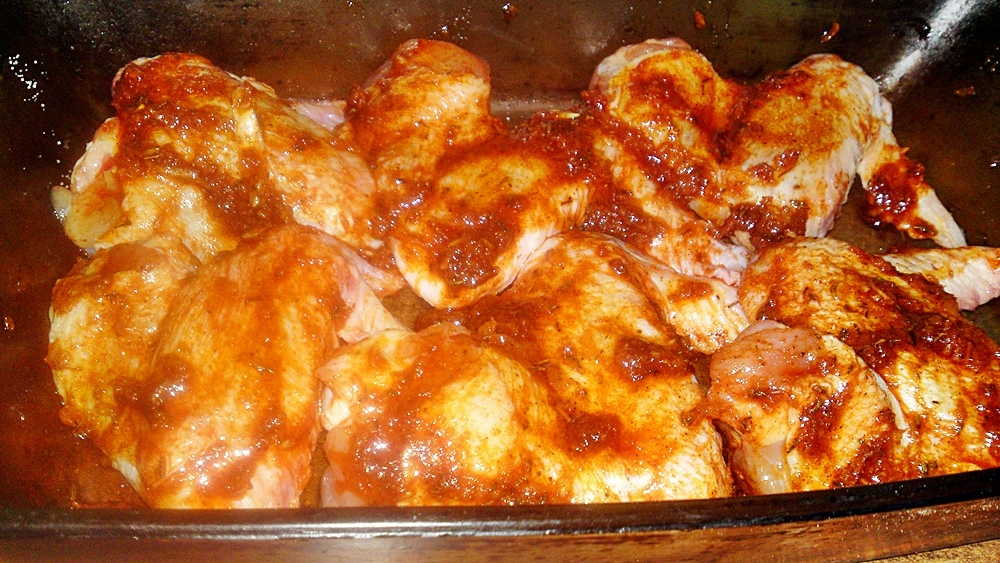 Recept Pikantné marinované  kuracie krídelká - Kuřecí křidélka potřeme marinádou.