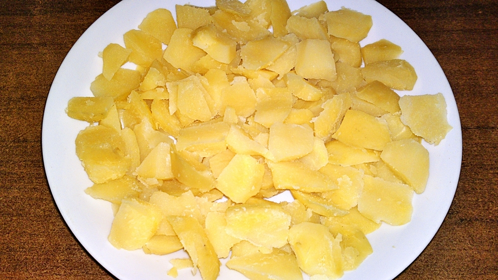 Recept Pečené kačacie stehná s krájanými zemiakmi na cibuľke a na rasci - Uvařené brambory pokrájíme na malé tenké kousky.