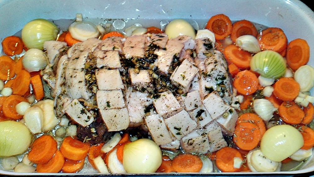 Recept Porchetta - bůčková roláda - Vloženou Porchettu podlijeme vínem a přelijeme rozpuštěným vepřovým sádlem, zeleninu osolíme a posypeme rozmarýnem.