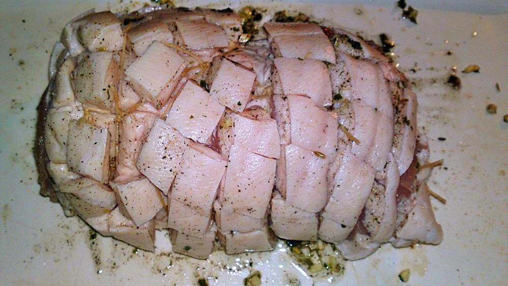 Recept Porchetta - bůčková roláda - Bůčkovou roládu vícekrát převážeme potravinovým motouzem, aby roláda během pečení dobře držela tvar.