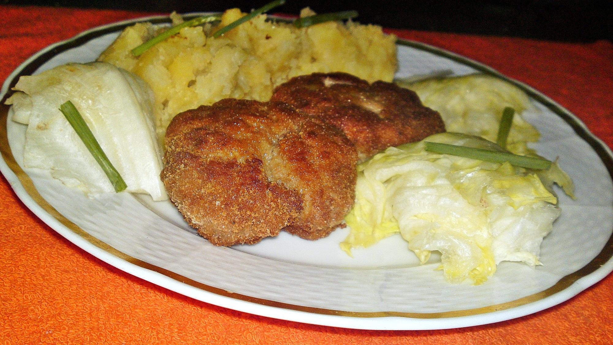 Recept Obyčajné fašírky - Horké fašírky podáváme se šťouchanými brambory a salátem.
