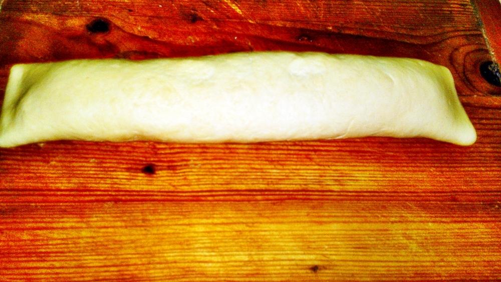 Recept Jablkový kysnutý závin - Stočíme na pevno do závinu.