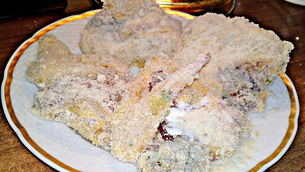 Recept Vysmážaná kuřecí křidélka plněna kuřecími játry - Křidélka obalíme ve strouhance.