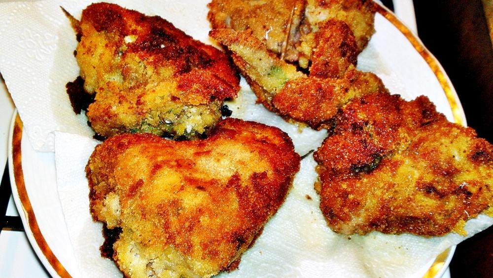 Recept Vysmážaná kuřecí křidélka plněna kuřecími játry - Osmažená křidélka dáme odsát od tuku na papírovou utěrku.