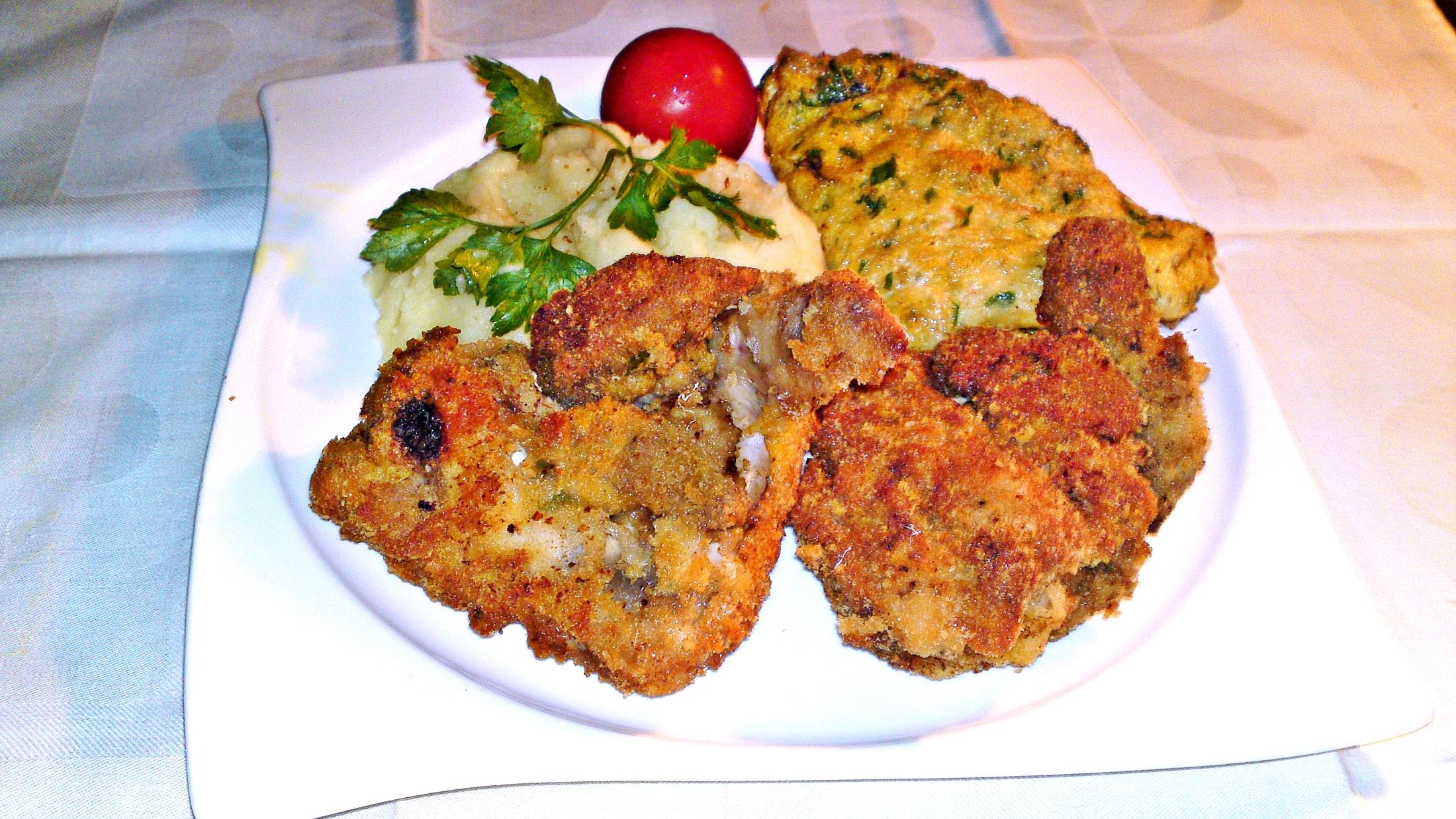 Recept Vysmážaná kuřecí křidélka plněna kuřecími játry - Smažená kuřecí křidélka plněná kuřecími játry servírujeme horká s vikárkou a bramborovou kaší.