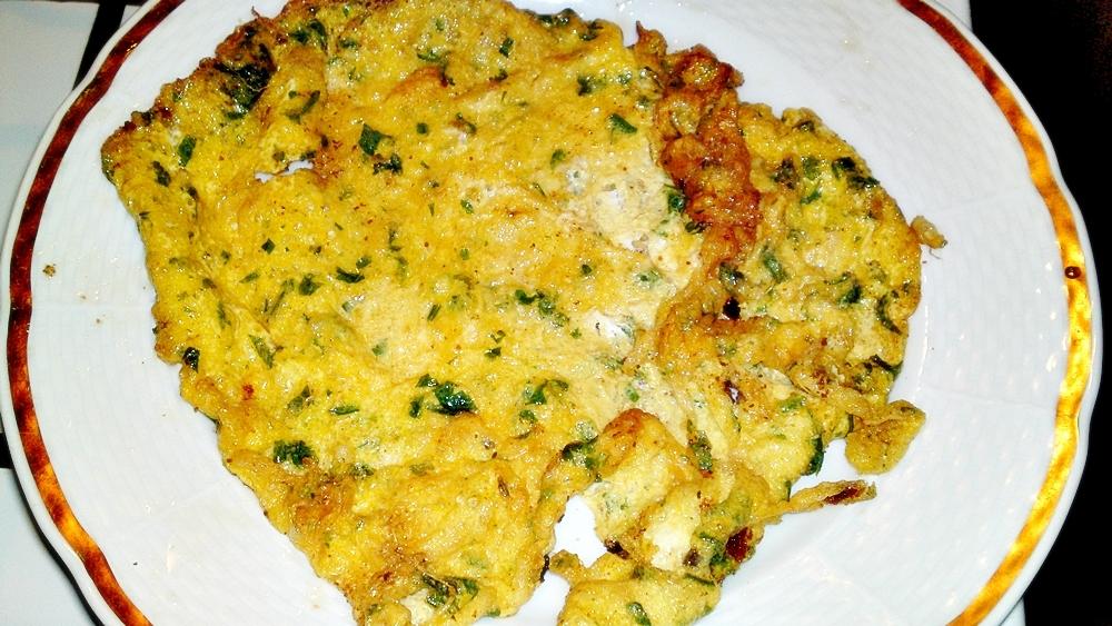 Recept Vysmážaná kuřecí křidélka plněna kuřecími játry - Na talíř dáme osmaženou vikárku.