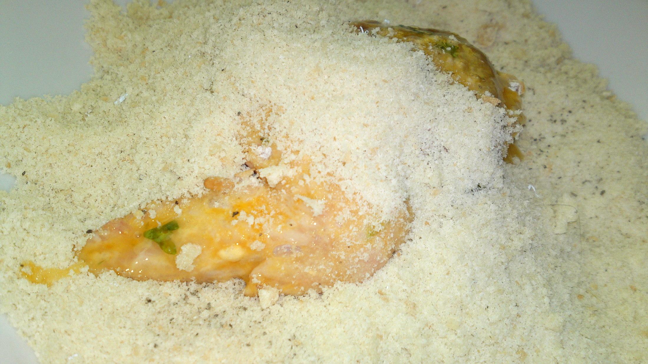 Recept Vysmážaná kuřecí křidélka plněna kuřecími játry - Křidélka vložíme potom do ochucené strouhanky.