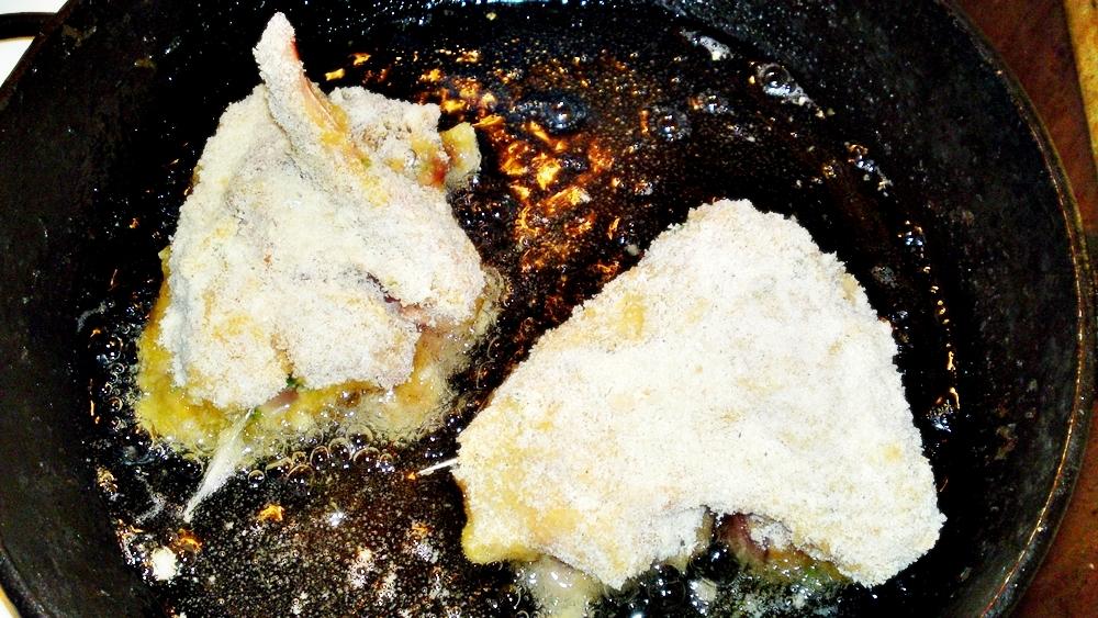 Recept Vysmážaná kuřecí křidélka plněna kuřecími játry - Osmažíme z jedné strany 5 - 7 minut přikryté pokličkou.
