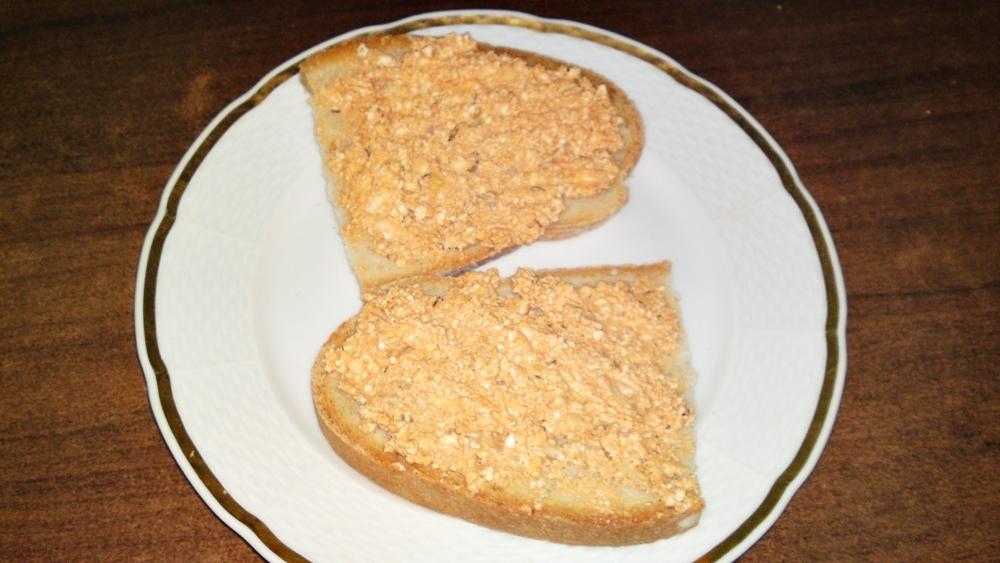 Recept Budapeštianska nátierka - Hotovou budapešťskou pomazánku natřeme na chléb a podáváme.