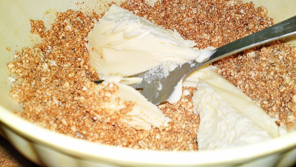 Recept Budapeštianska nátierka - Přidáme čerstvé máslo.