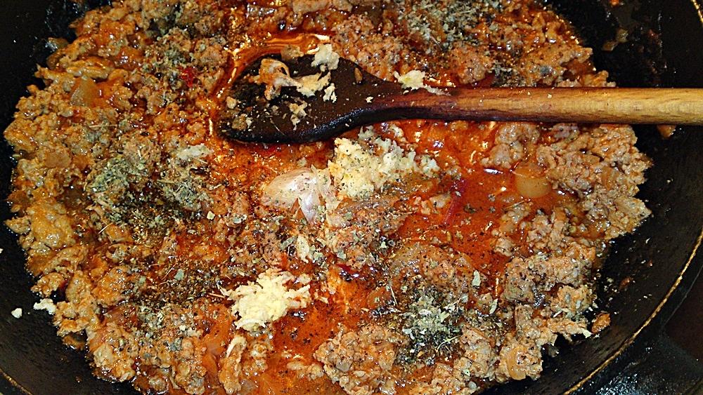 Recept Pikantní kolínka s krůtím masem - Dále sůl, mletý černý pepř, majoránka a česnek.