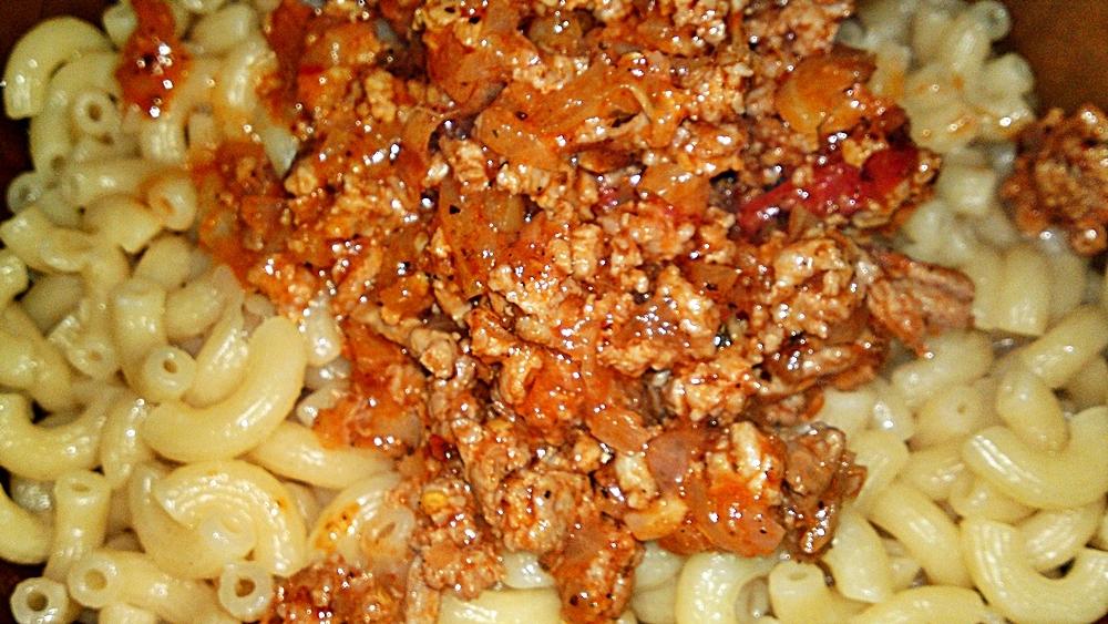 Recept Pikantní kolínka s krůtím masem - Přidáme krůtí maso s omáčkou.