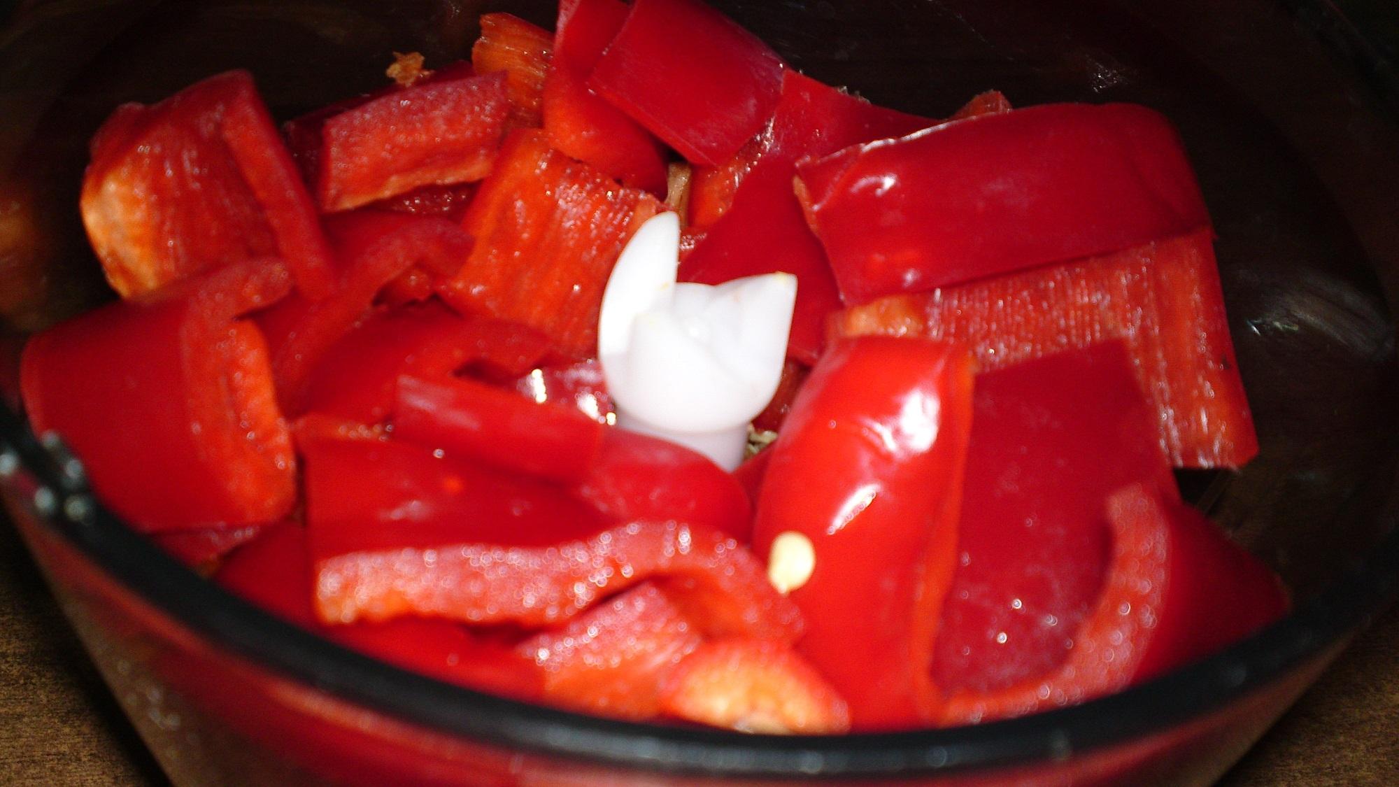 Recept Erős Pista - domácí pálivý paprikový krém - Přidáme pokrájenou kapii.
