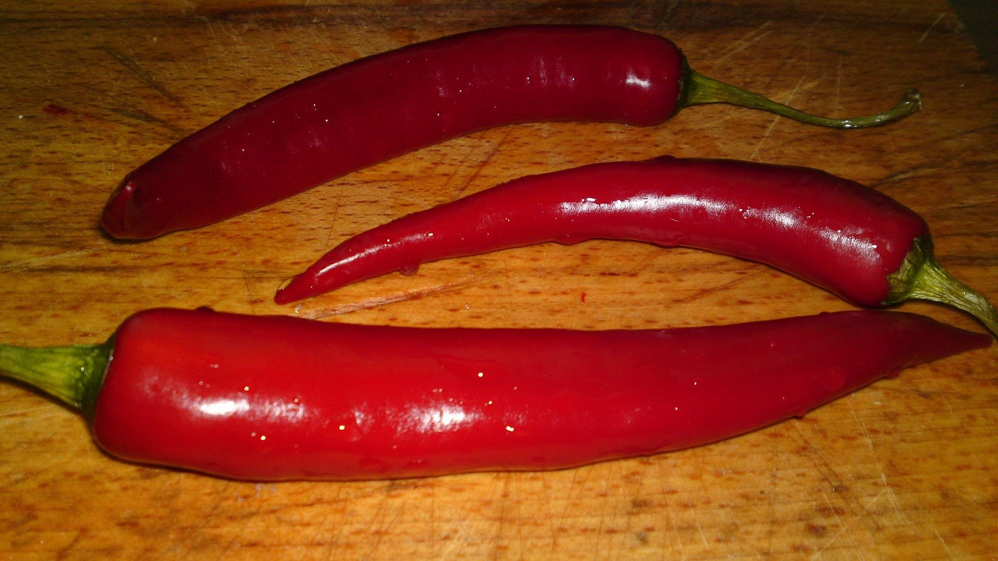 Recept Erős Pista - domácí pálivý paprikový krém - Omyjeme čerstvé dlouhé pálivé papriky, odstraníme konec se stopkou a jádřincem.