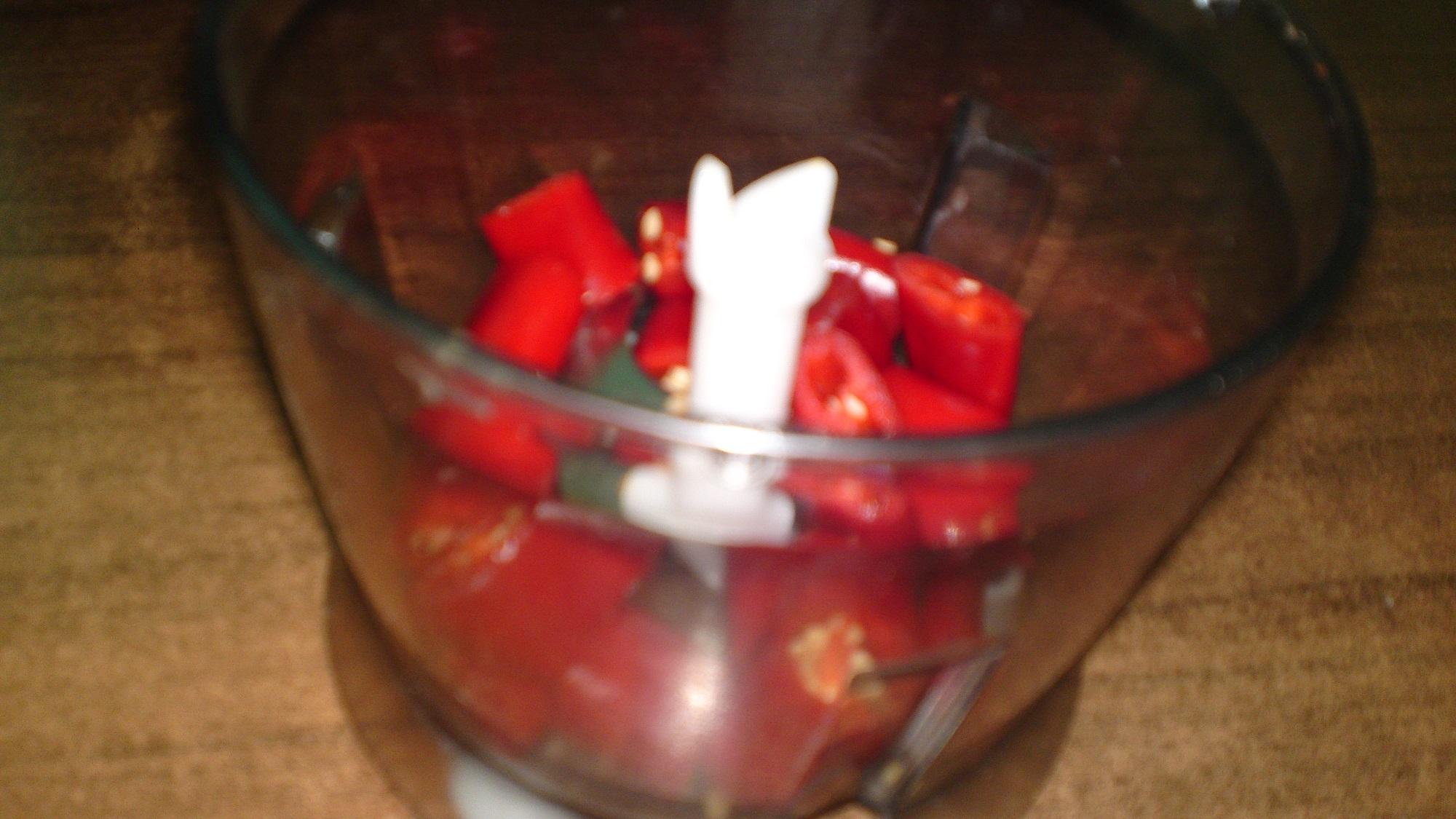 Recept Erős Pista - domácí pálivý paprikový krém - Pálivé papriky dáme do cuttera.