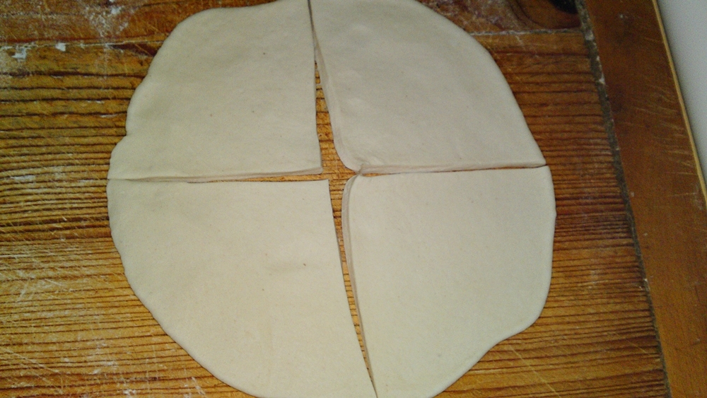 Recept Jednoduché rýchle domáce maslové rohlíky - Rozdělíme nožem na 4 trojúhelníky, případně 8 trojúhelníků.