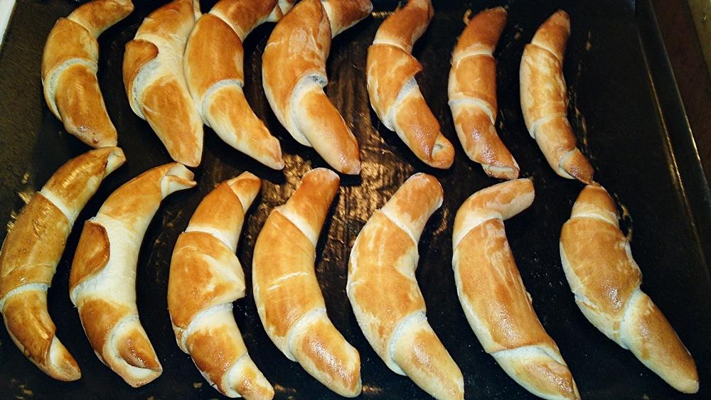 Recept Jednoduché rýchle domáce maslové rohlíky - Rohlíky pečeme asi 10 minut v troubě předehřáté na 200 °C.