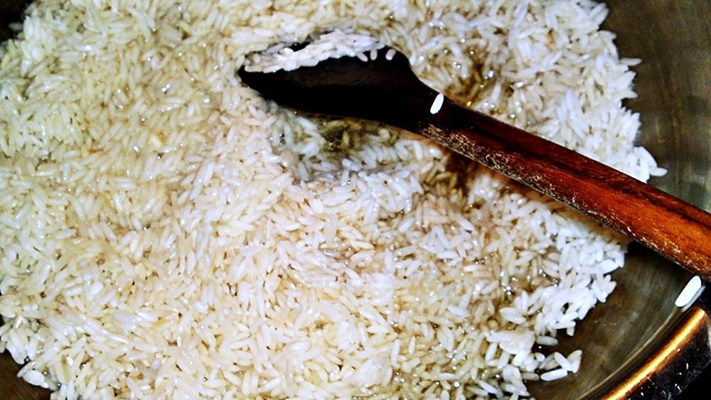 Recept Ludaskása - kaša z ryže a husacích drobov z polievky - Na husím sádle orestujeme rýži.