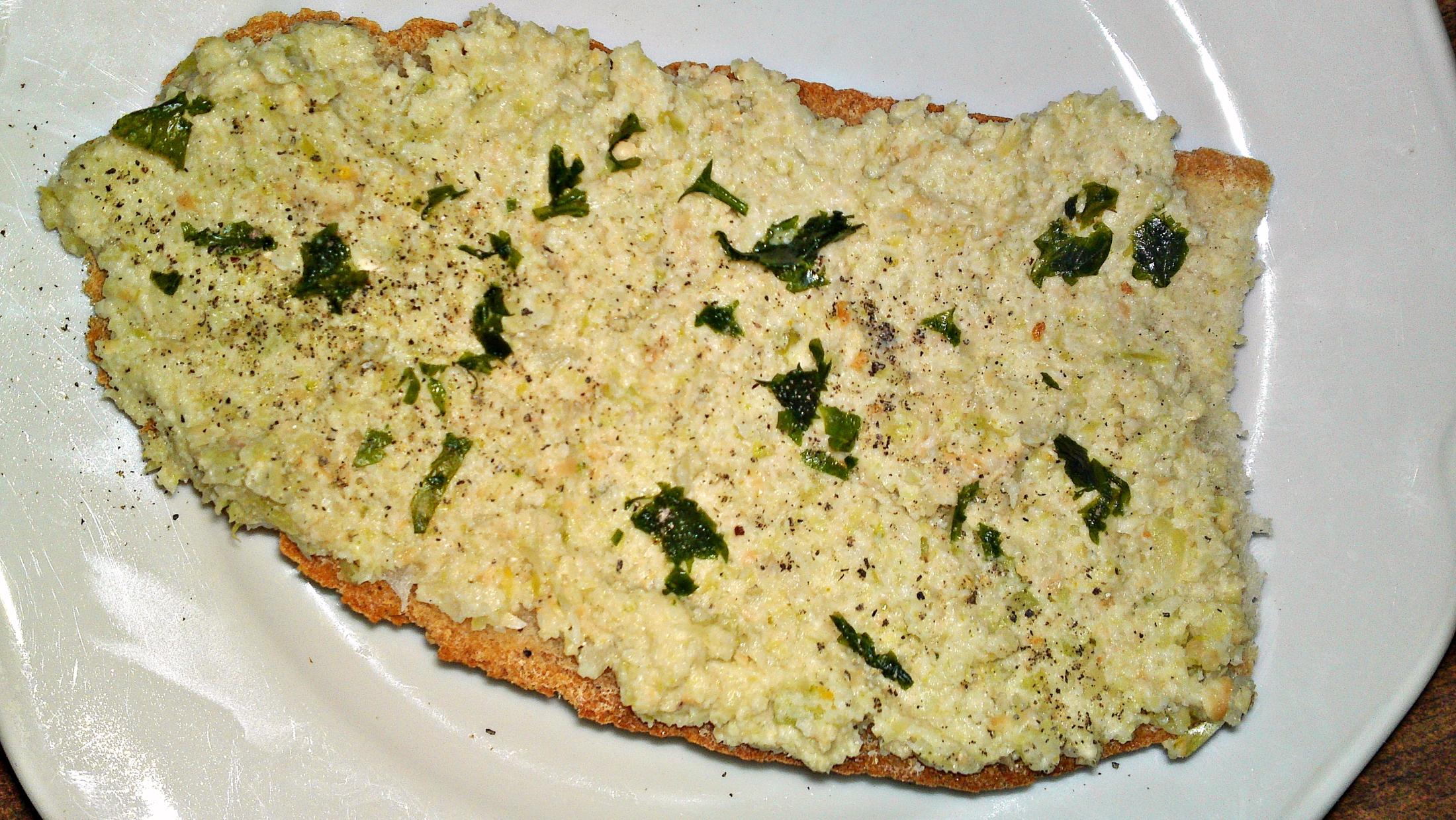 Recept Pomazánka  z brokolicových košťálů a kešu oříšků - Pomazánku natřeme na chléb, jemně okořeníme a posypeme petrželovou natí.